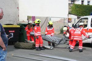 Gemeinsamer Aufbau des Betreuungszelts durch Jugendrotkreuz und Feuerwehr