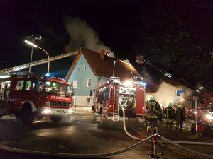 Brandbekämpfung über 2 Drehleitern